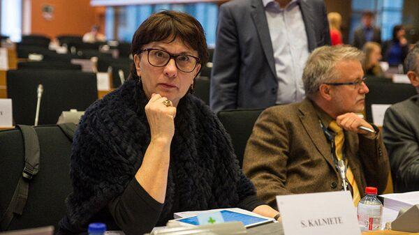Латвийский депутат сожгла платье цветов георгиевской ленты