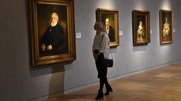Девушка возле картины Портрет писателя И. С. Тургенева на выставке Ильи Репина в Третьяковской галерее на Крымском валу в Москве