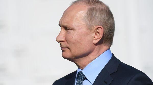 Президент РФ Владимир Путин во время посещения 929-го Государственного летно-испытательного центра (ГЛИЦ) Министерства обороны РФ имени В. П. Чкалова