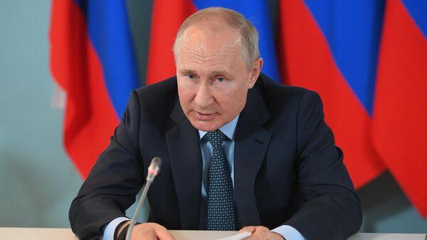 Президент РФ Владимир Путин проводит совещание о социально-экономическом развитии Астраханской области