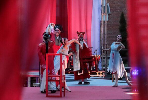 Сцена из спектакля Пионовая беседка, который проходит в рамках Международного театрального фестиваля имени А.П.Чехова в Москве, в Аптекарском огороде