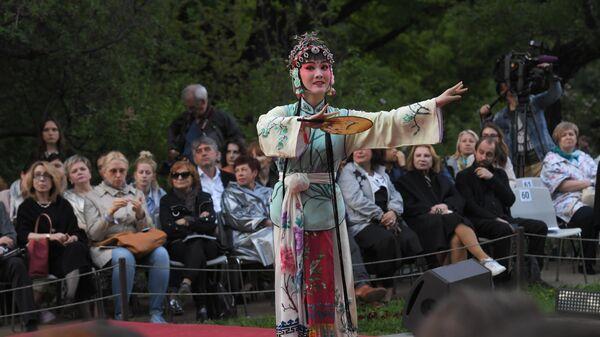 Актриса Тан Цинь в роли Чунь Сян в сцене из спектакля Пионовая беседка, который проходит в рамках Международного театрального фестиваля имени А.П. Чехова