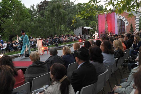 Сцена из спектакля Пионовая беседка, который проходит в рамках Международного театрального фестиваля имени А.П. Чехова