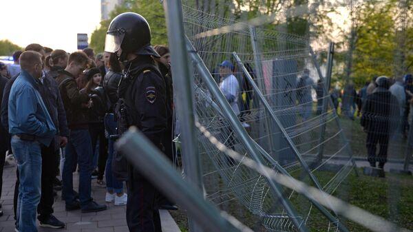 Сотрудник полиции во время протестной акции против строительства храма Святой Екатерины у театра драмы в Екатеринбурге