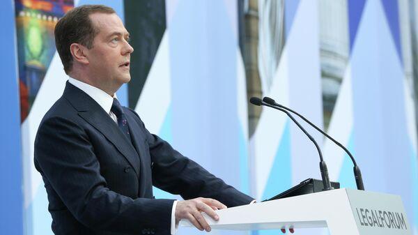 """Медведев предложил обсудить """"регуляторную гильотину"""" для бизнеса"""