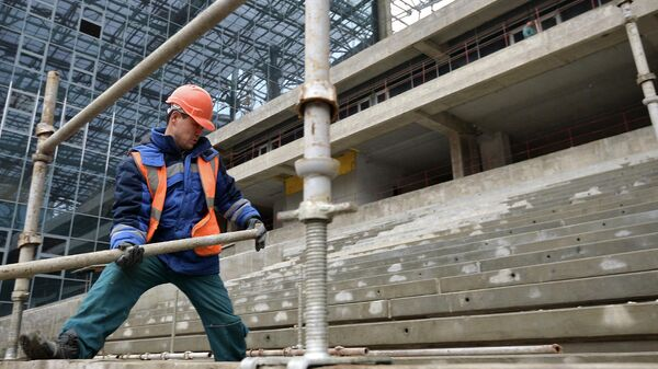 Рабочий на строительстве стадиона