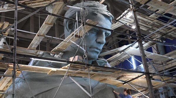 Изготовление полномасштабной 25-метровой модели скульптуры Советского солдата в мастерской скульптора Андрея Коробцова