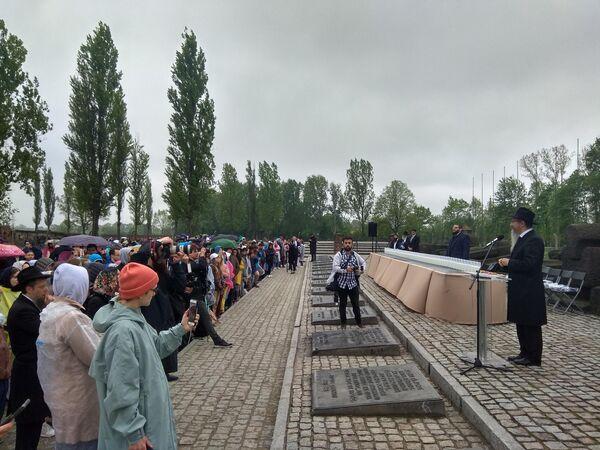 Главный раввин РФ Берл Лазар выступает перед участниками Марша жизни в музее Аушвиц-Биркенау в Польше