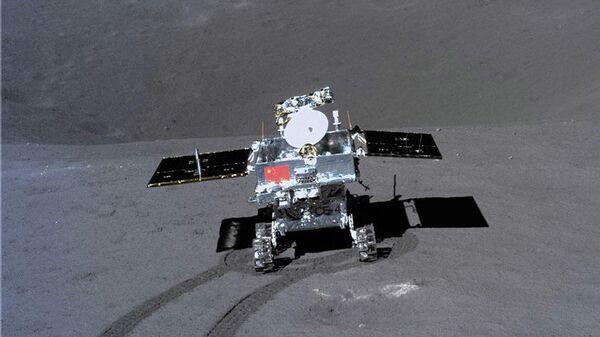 Луноход Юйту-2 проводит замеры химического состава грунта