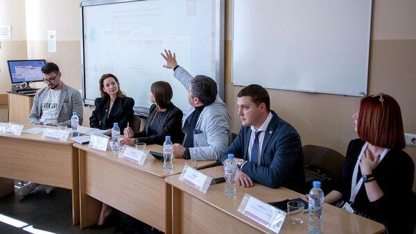 Участники круглого стола Достоверная информация и медийная провокация в избирательном процессе