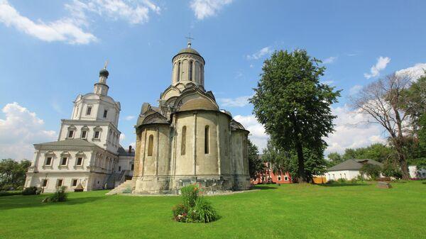 Церковь Михаила Архангела и собор Спаса Нерукотворного образа на территории Спасо-Андроникова монастыря