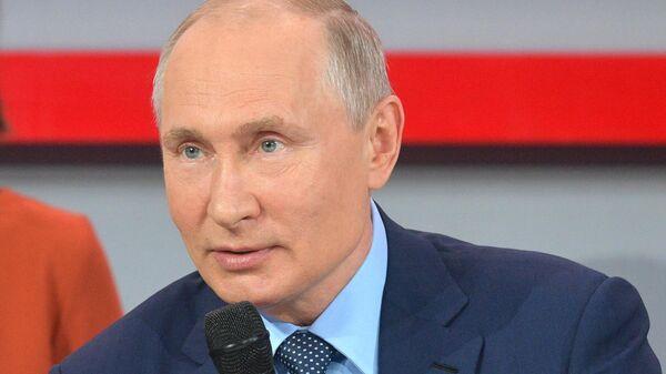 Президент РФ Владимир Путин во время общения с участниками медиафорума ОНФ Правда и справедливость