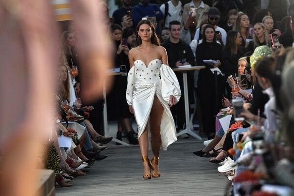 Модель демонстрирует одежду американского дизайнера Джонатана Симкая на неделе моды в Австралии