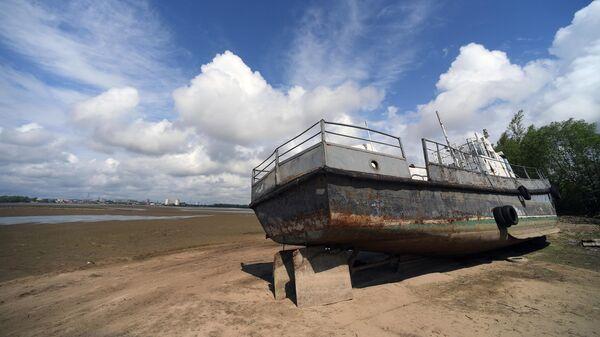 Корабль на отмели у яхт-клуба Локомотив в Казани в результате понижения уровня воды в Волге