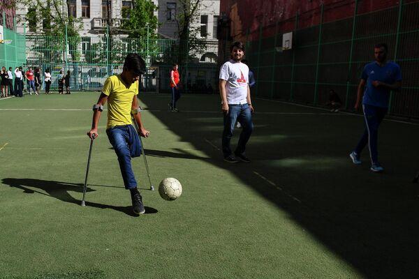 Касим Алькадим играет в футбол со спортсменами паралимпийской сборной России по футболу