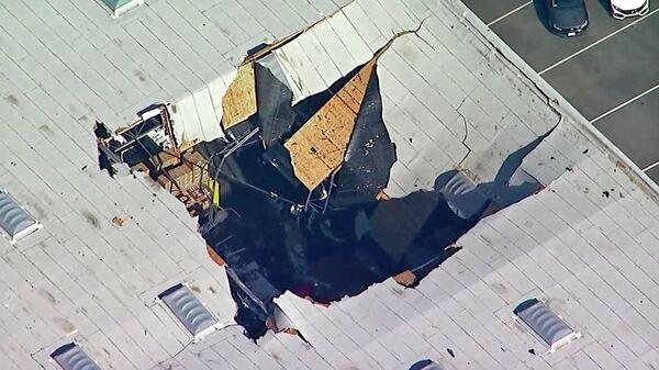 Крыша склада на авиабазе Риверсайд в Калифорнии, пострадавшая от столкновения с истребителем F-16. 16 мая 2019