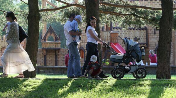 Отдых горожан в московском парке имени 50-летия Октября