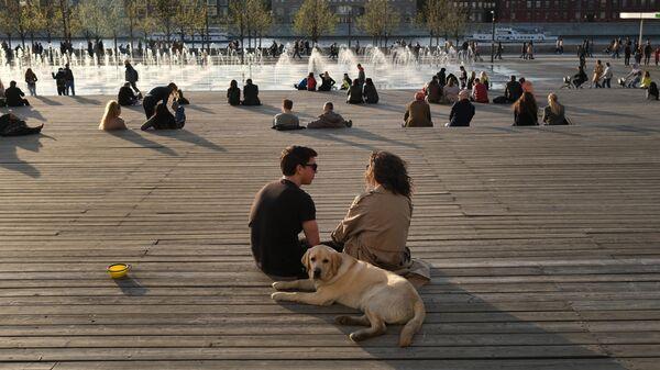 Отдых в московском парке. Архивное фото
