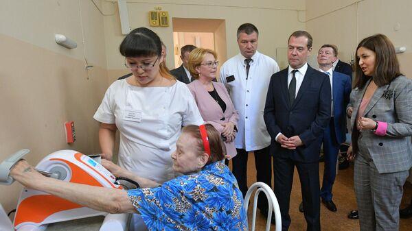 Председатель правительства РФ Дмитрий Медведев во время посещения  ГБУ Госпиталь для ветеранов войн в Ростове-на-Дону. 17 мая 2019