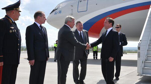 Председатель правительства РФ Дмитрий Медведев и губернатор Ростовской области Василий Голубев во время встречи в аэропорту Ростова-на-Дону
