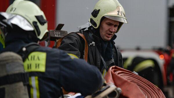Сотрудники пожарно-спасательных подразделений МЧС России во время пожарно-тактических учений