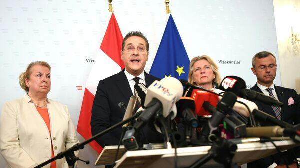 Вице-канцлер Австрии Хайнц-Кристиан Штрахе во время совместной пресс-конференции с министром МВД, министром труда и министром иностранных дел Карин Кнайсль в Вене. 18 мая 2019