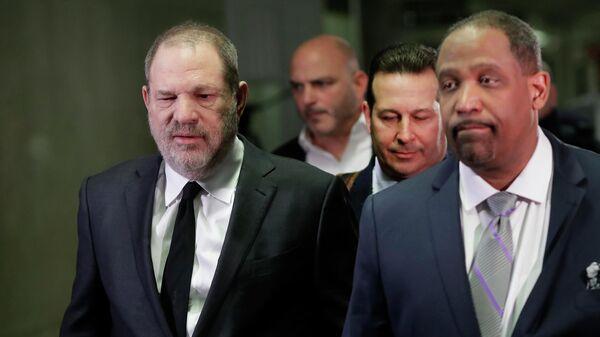 Харви Вайнштейн в суде вместе с адвокатами Хосе Баэсом и Роном Салливаном