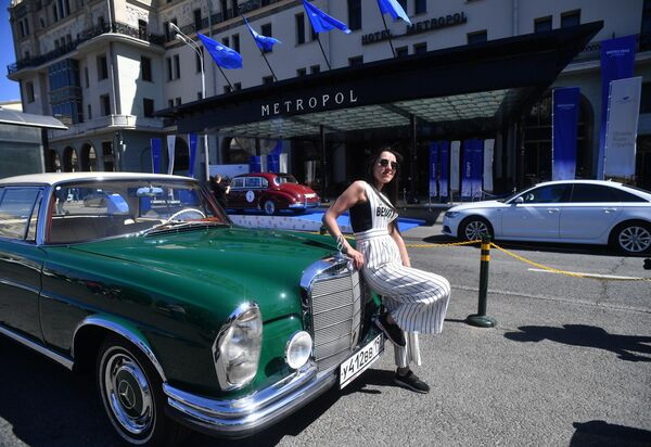 Девушка у автомобиля Mercedes-Benz Ретро 1961-65 220 SE Coupe, который принимает участие в ралли классических ретро-автомобилей в Москве