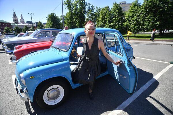 Участница в автомобиле ЗАЗ-965А (1962—1969 гг. выпуска) принимает участие в ралли классических ретро-автомобилей в Москве