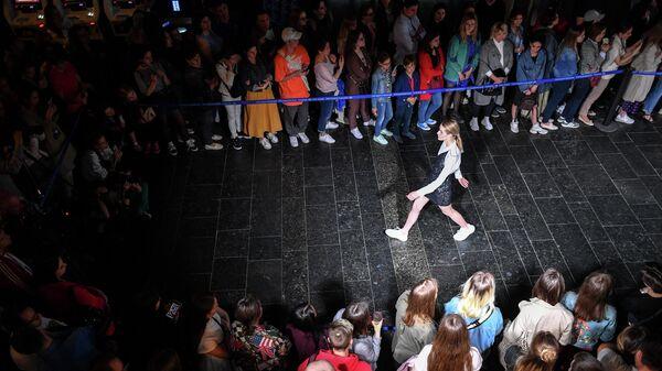Участники показа проекта НИУ ВШЭ Суровый стиль с мультимедийной инсталляцией студии Sila Sveta в Третьяковской галерее на Крымском Валу во время акции Ночь музеев в Москве
