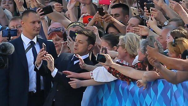 Избранный президент Украины Владимир Зеленский фотографируется перед началом церемонии инаугурации в Киеве
