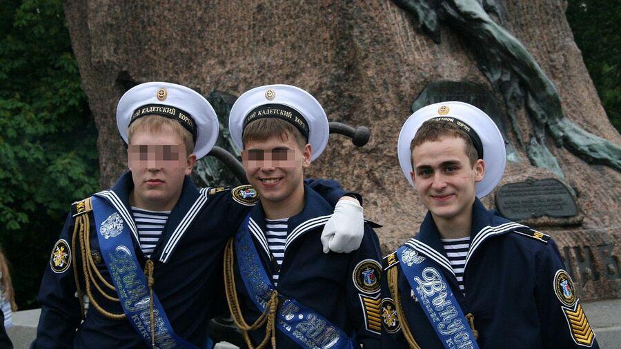 Иван Мишуков (справа) с друзьями из Кронштадтского морского кадетского корпуса