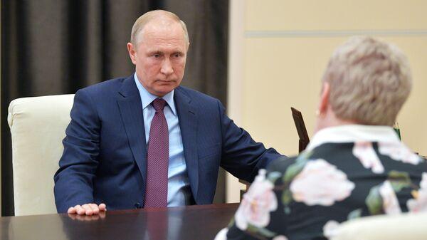 Президент РФ Владимир Путин и министр просвещения РФ Ольга Васильева во время встречи
