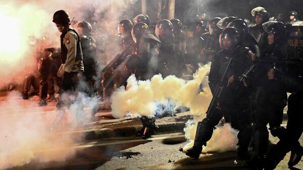 Индонезийская полиция применяет слезоточивый газ для разгона протестующих в Джакарте. 22 мая 2019