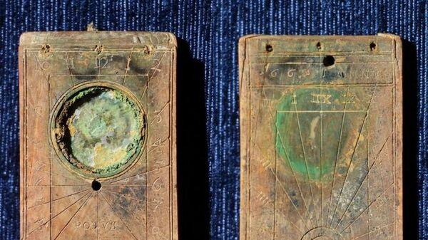 Карманные солнечные часы, изготовленные из кости в конце XVI века, обнаруженные на  при раскопках на месте строительства многоквартирного жилого дома в Калининграде