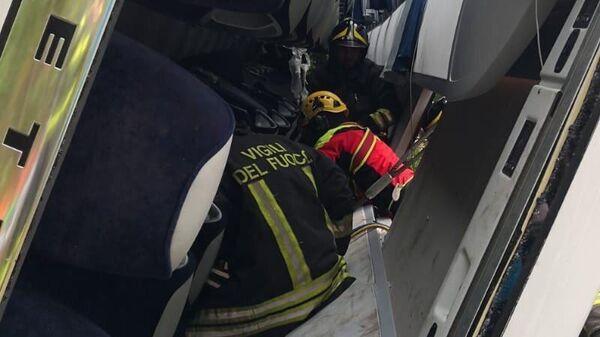 Спасатели в перевернувшемся в итальянской провинции Сиена туристическом автобусе. 22 мая 2019
