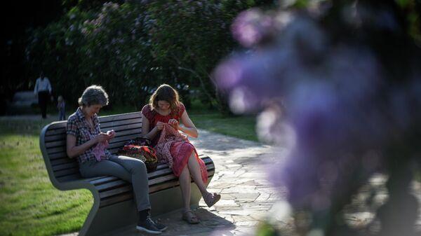 Горожане отдыхают в ландшафтном парке на ВДНХ