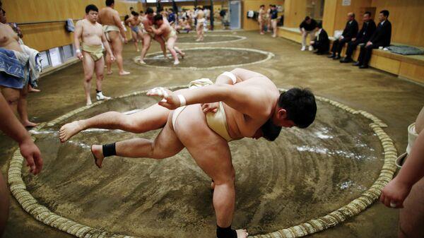 Мальчики во время борьбы сумо в японском университете спортивных наук в Токио