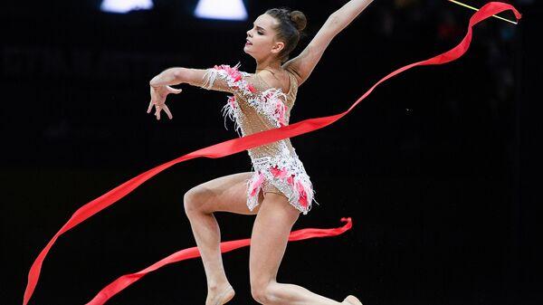 Дина Аверина (Россия) выполняет упражнения с лентой квалификации индивидуального многоборья на чемпионате Европы по художественной гимнастике в Баку