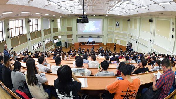 Студенты во время лекции генерального директора госкорпорации Роскосмос Дмитрия Рогозина в МГУ. 23 мая 2019