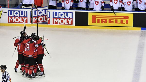 Хоккеисты сборной Канады радуются заброшенной шайбе в ворота швейцарцев