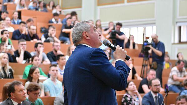 Генеральный директор госкорпорации Роскосмос Дмитрий Рогозин во время лекции в МГУ