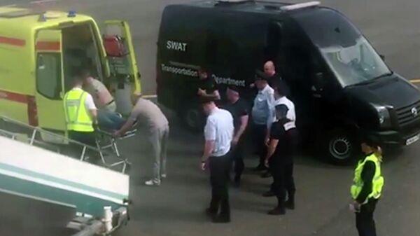 Сотрудники полиции и службы спасения во время госпитализации пассажира рейса Москва — Симферополь компании Red Wings. 23 мая 2019