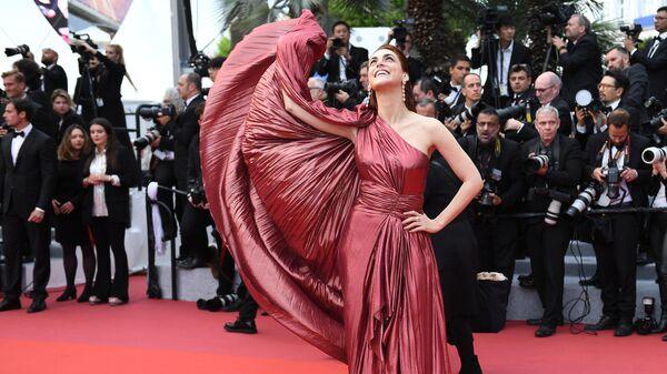Итальянская актриса Мириам Леоне на красной дорожке премьеры фильма Прекрасная эпоха (La belle epoque) в рамках 72-го Каннского международного кинофестиваля