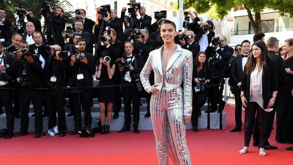 Топ-модель Сара Сампайо на красной дорожке премьеры фильма Рокетмен (Rocketman) в рамках 72-го Каннского международного кинофестиваля