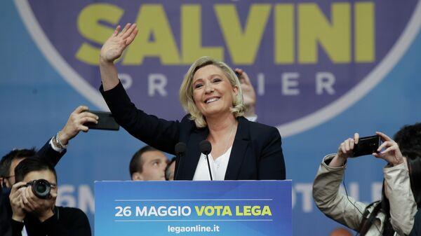 Марин Ле Пен на митинге в Милане