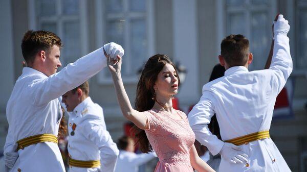 Кадеты филиала Нахимовского военно-морского училища (Севастопольского президентского кадетского училища) танцуют вальс во время последнего звонка в Севастополе