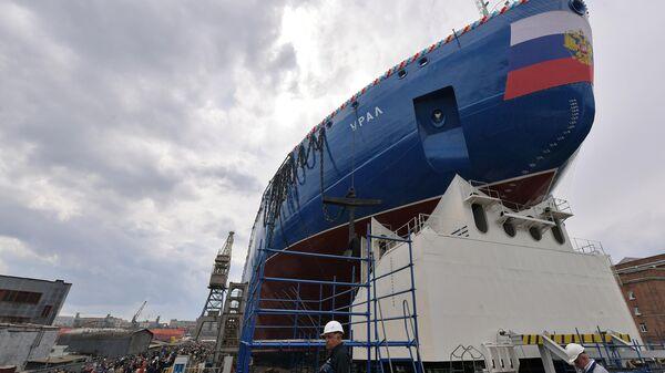 Новый атомный ледокол класса ЛК-60Я (проект 22220) Урал перед началом церемонии спуска на воду в Санкт-Петербурге