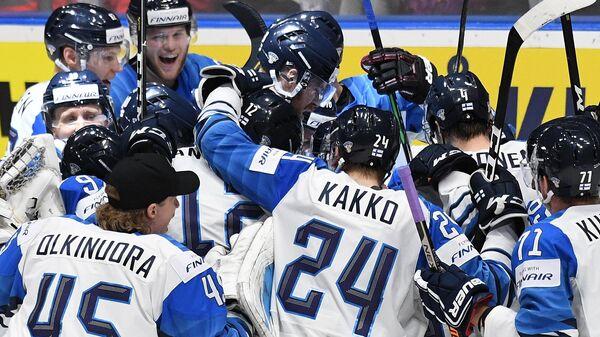Игроки сборной Финляндии празднуют выход в финал чемпионата мира после победы над Россией