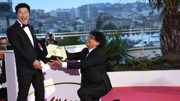 Южнокорейские актер Сон Кан-хо (слева) и режиссер Пон Джун-хо, получивший премию Золотая пальмовая ветвь за фильм Паразиты на церемонии закрытия 72-го Каннского международного кинофестиваля